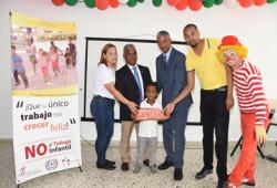 """Ministerio de Trabajo lleva alegría en estas Navidades a niños """"Centro Educativo Comunitario de Santiago"""